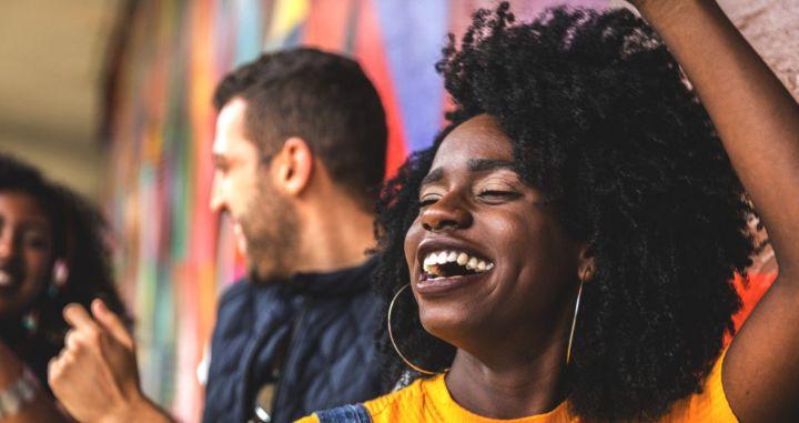 glæde-smil-arbejdsplads-øvelse-teambuilding-aktiviteter-funguide-artikel