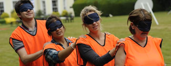 blindfolde-udendørs-teambuilding-øvelse-arbejdsplads-tillid-kommunikation