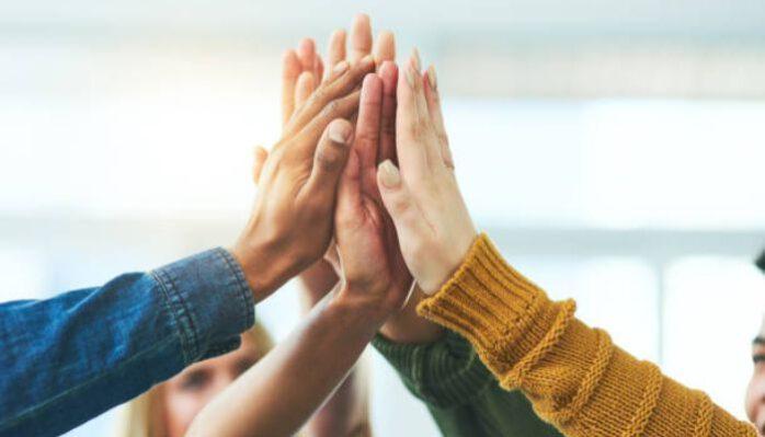 fællesskab-teambuilding-lege-børn-voksne-samarbejde