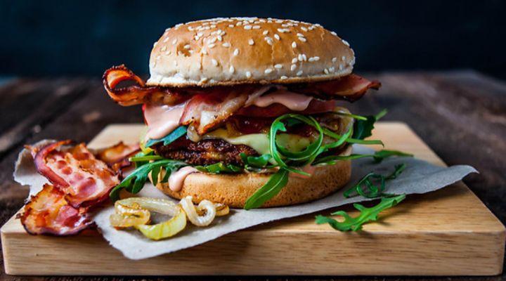 gourmetburger-for-2-godream-oplevelse-aktivitet-gaveæske-romantisk-veninder-herretur-burger-danmark-sjælland-jylland-fyn-odense-aarhus-københavn